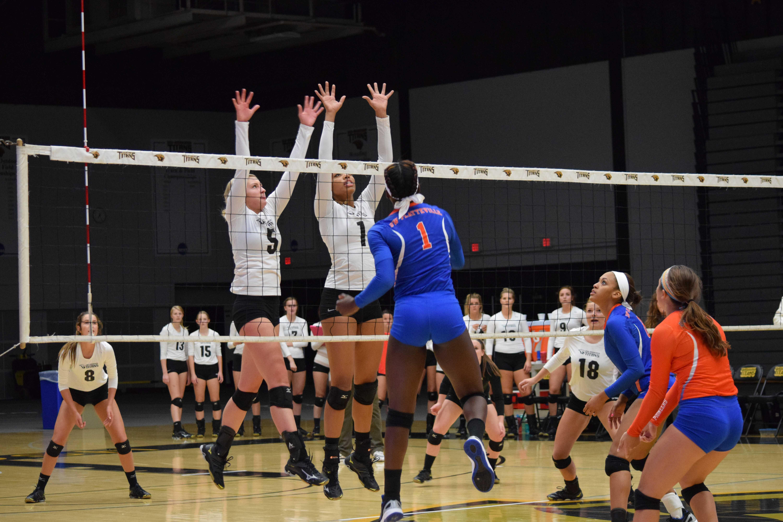 Women's volleyball defeats Pioneers
