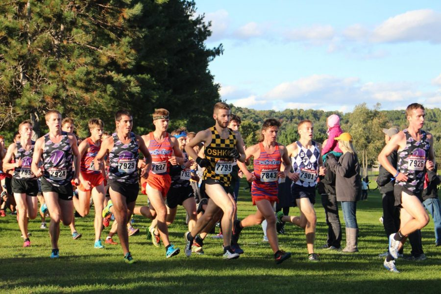 UWO+sophomore+Aaron+Dorsey+runs+with+a+pack+of+competitors+at+the+UW-Eau+Claire+meet.+Dorsey+finished+in+272+out+of+430+runners.