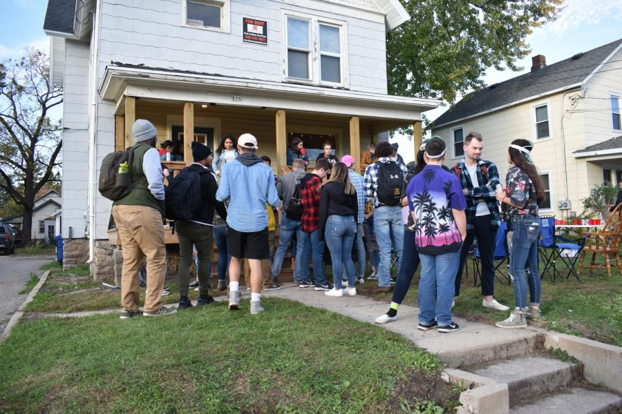 UWO+students+participate+in+pub+crawl+by+celebrating+in+the+front+yard+of+a+student%E2%80%99s+home.