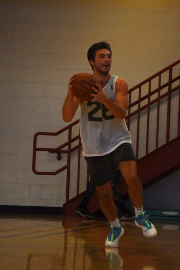 Former+UWO+athlete+Brett+Wittchow+looks+to+pass+downcourt+at+the+Wisconsin+Herd+tryout+on+Sept.+14.